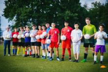 Nachwuchs für die WM 2034: DERPART verschenkt 1.200 Fußbälle an Kindergärten und Vereine